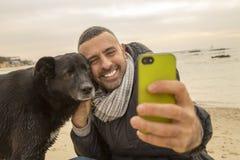 采取社会媒介的最好的朋友一个selfie图象 免版税库存图片