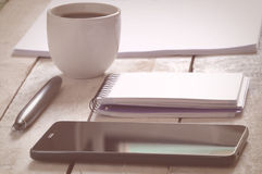 采取笔记的一些材料,当采取咖啡时 免版税库存照片