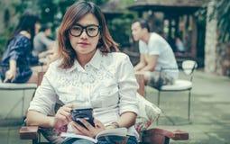 采取笔记的亚裔妇女 图库摄影