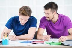 采取笔记的学生在教室 库存照片