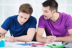 采取笔记的学生在教室 免版税库存图片