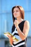 采取笔记的成功的女实业家 免版税库存照片