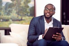 采取笔记的美国黑人的人 免版税库存照片