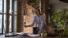 采取笔记的被集中的女实业家在与片剂的桌上在办公室 分析数据图表的被聚焦的妇女 妇女 影视素材