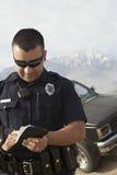 采取笔记的警察 免版税库存图片