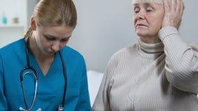 采取笔记,年长夫人的年轻医生告诉医护人员疾病症状 股票录像