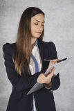 采取笔记,被聚焦的态度的女商人 免版税库存图片