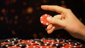 采取红色芯片的女性手,吸引在赌博的运气,赌博娱乐场赢得的赌注 股票视频