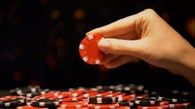 采取红色芯片,盼望运气和赢得在赌博的手,迷信 股票录像
