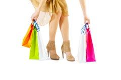 采取纸袋的女性 免版税库存图片