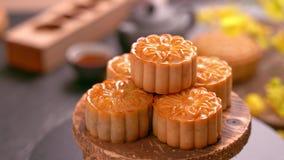 采取美丽的月饼酥皮点心的妇女与家庭吃和分享庆祝中秋 团聚事件概念 股票视频