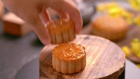 采取美丽的月饼酥皮点心的妇女与家庭吃和分享庆祝中秋 团聚事件概念 影视素材