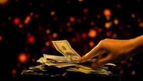 采取美元钞票,金钱伪造,财政欺骗,非法事务的手 库存照片