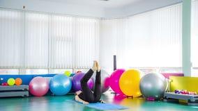采取腿在地板上的健身妇女舒展姿势 影视素材