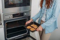 采取自创饼干的妇女的播种的图象 库存照片