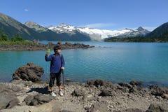 采取自已射击的男孩在Garibaldi湖 库存照片