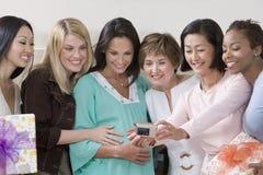 采取自画象的妇女在婴儿送礼会 免版税库存图片