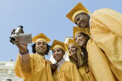 采取自画象的小组毕业生 免版税库存图片
