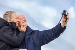 采取自画象的年长夫妇 免版税库存照片