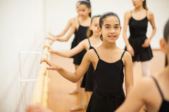 采取舞蹈课的美丽的女孩在学校 图库摄影