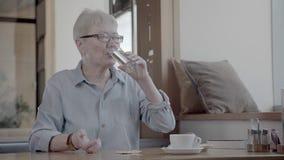 采取药片的成熟妇女 精力充沛的妇女喝一些水药片 股票视频