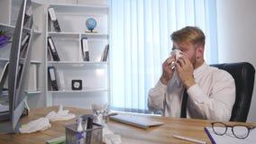 采取药片的疲乏和劳累过度的企业人遭受大头疼 股票录像