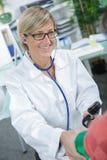 采取血压的女性医生 免版税库存照片