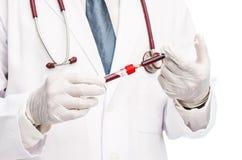 采取血样从注射器的医生播种的射击到血液 库存图片