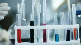 采取血液的管从机架的化验员的手 影视素材