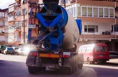 采取轮的混凝土搅拌机卡车 免版税库存照片