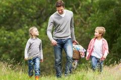 采取野餐的父亲孩子在乡下 图库摄影
