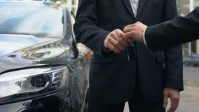 采取钥匙的商人对昂贵的自动,成功的汽车购买交易 股票视频