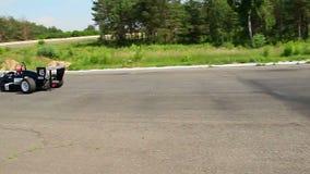 采取锋利的轮的公式1司机在赛马跑道 影视素材