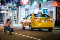 采取长的曝光Pi的纽约街道的摄影师 库存图片