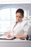 采取附注的女实业家 免版税图库摄影