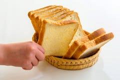 采取面包片的孩子 免版税库存图片