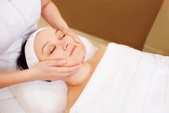 采取面部治疗的妇女在秀丽温泉 免版税库存图片