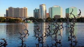 采取飞行的海鸥雕塑在湖Eola在奥兰多, Flo 免版税图库摄影