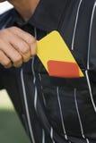 采取从口袋的裁判员特写镜头卡片 免版税库存图片