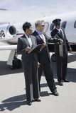 采取从司机的商人公文包在机场 免版税库存图片