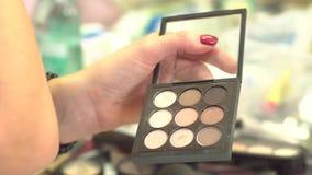 采取从多色构成眼影膏调色板的化妆师眼影在美容院 特写镜头五颜六色 股票录像