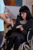采取医学的残疾妇女 免版税库存图片
