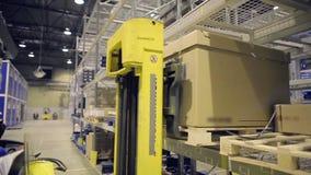 采取从机架的自动装卸机的工作者箱子 股票视频