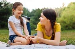 采取从母亲手的女孩一个缺掉难题片断 免版税库存照片