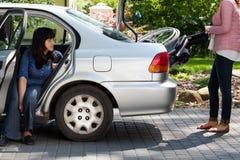 采取从汽车的女孩轮椅 免版税库存照片