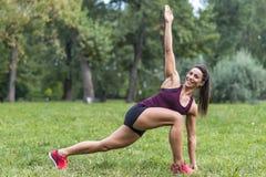 采取锻炼的妇女在公园 免版税图库摄影