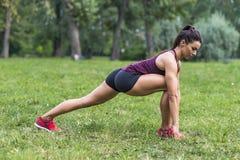 采取锻炼的妇女在公园 库存图片