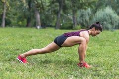 采取锻炼的少妇在公园 免版税图库摄影