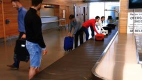 采取他们的从行李转盘的通勤者行李 股票视频