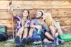 采取滑稽的selfie的小组微笑的朋友 库存照片